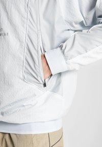 Nike Sportswear - TOP - Windbreaker - pure platinum/light smoke grey - 5