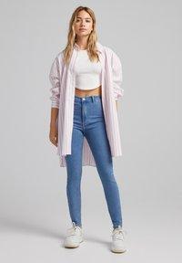 Bershka - SUPER HIGH WAIST - Jeans slim fit - blue denim - 1