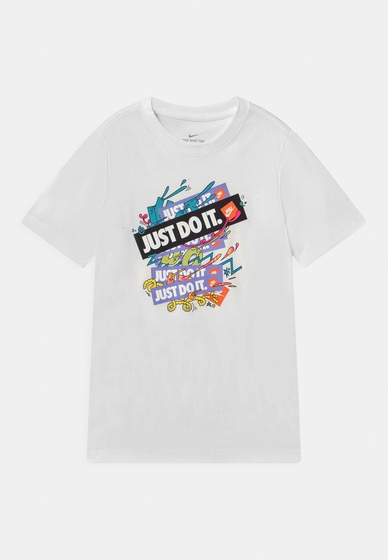 Nike Sportswear - REPEAT UNISEX - Triko spotiskem - white