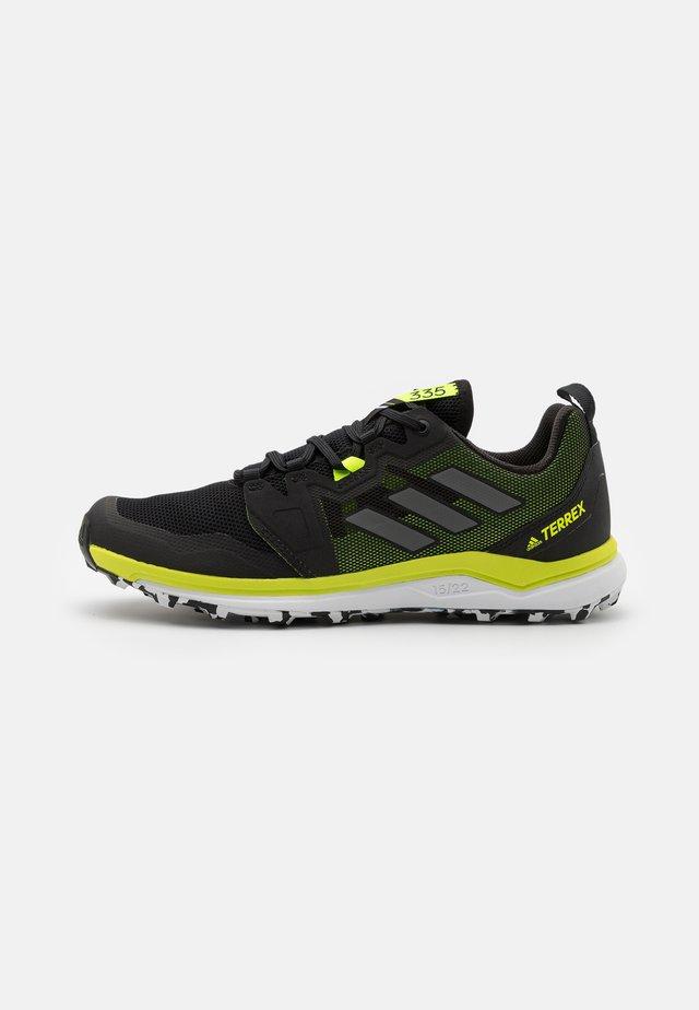 TERREX AGRAVIC RUNNING - Běžecké boty do terénu - core black/grey four/solar yellow
