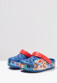 Crocs - PAW PATROL BAND RELAXED FIT - Pool slides - blue jean - 2