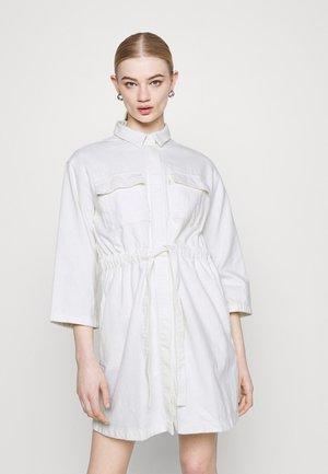 AINSLEY UTILITY DENIM - Denimové šaty - new ecru
