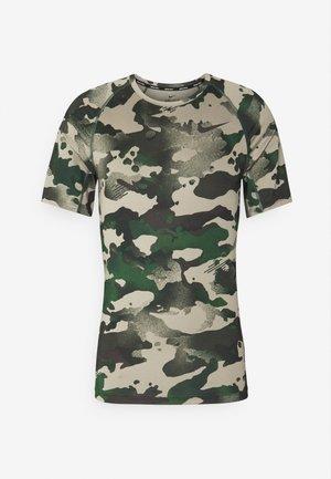 SLIM CAMO - Print T-shirt - galactic jade/baroque brown