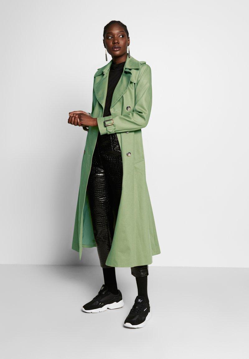 IVY & OAK VINTAGE - Trenchcoat - sage green/grün VOSnHX