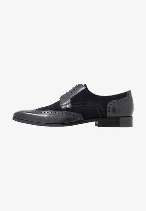 RICO - Šněrovací boty - navy/tan