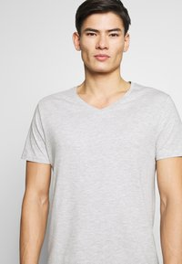 Pier One - Camiseta básica - mottled light grey - 5