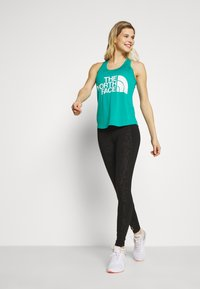 The North Face - WOMENS GRAPHIC PLAY HARD TANK - Sportshirt - jaiden green - 1