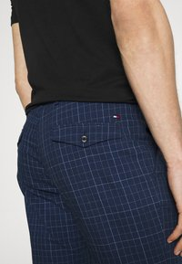 Tommy Hilfiger Tailored - DENTON ACTIVE POW CHECK TURN UP - Trousers - desert sky - 3