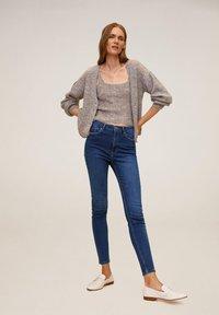 Mango - MIT HOHEM BUND NOA - Jeans Skinny Fit - dunkelblau - 1