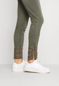 Desigual - PANT BALI - Jeans slim fit - kaki - 3