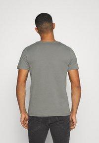 Jack & Jones - JJEPOCKET  - T-shirt - bas - sedona sage - 2