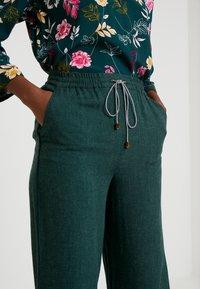 Yargici - BINDING DETAILED TROUSERS - Trousers - green - 4