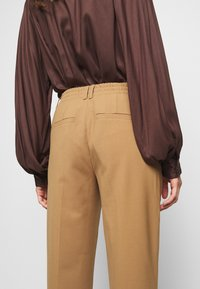 DRYKORN - SEARCH - Trousers - braun - 3