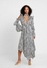 Honey Punch - NECK TIE DRESS - Maxi šaty - black/white - 2