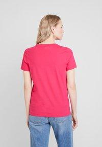 Tommy Hilfiger - NEW TEE  - T-shirts med print - bright jewel - 2