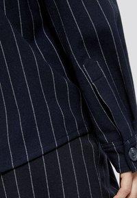 TOM TAILOR DENIM - Overhemdblouse - navy pinstripe - 4