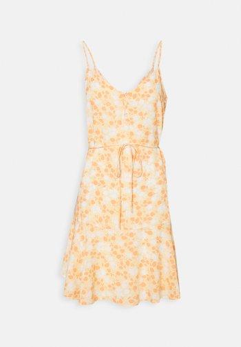 PCNYA SLIP BUTTON DRESS - Kjole - apricot cream