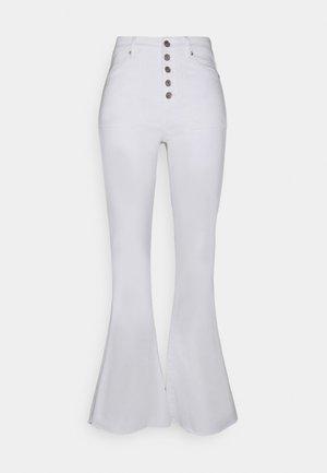 SUPER HI-RISE - Flared jeans - white
