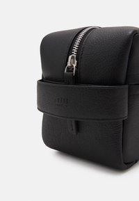 Still Nordic - CITY TOILETRY UNISEX - Wash bag - black - 3