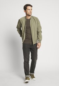 Antony Morato - SPORT ROUND NECK COLLAR WITH PLAQUETTE ON CHEST - T-shirts basic - green / kaki - 1