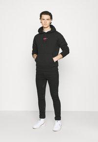 Calvin Klein Jeans - NEW ICONIC ESSENTIAL HOODIE - Sweatshirt - black - 1