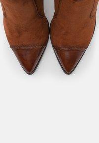 Tamaris Heart & Sole - BOOTS - Kozačky na vysokém podpatku - brandy - 5