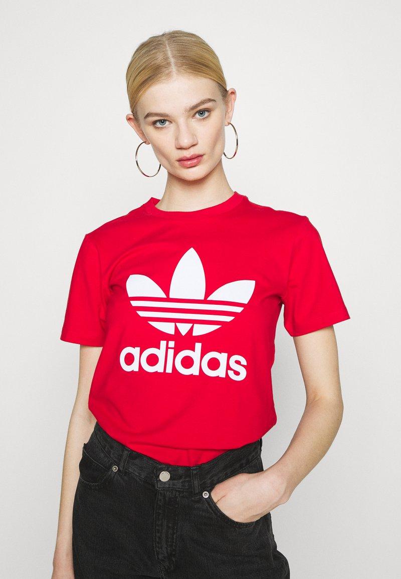 adidas Originals - TREFOIL TEE - Triko spotiskem - scarlet
