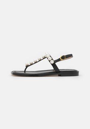 GOLDIE T-STRAP - Sandály s odděleným palcem - black