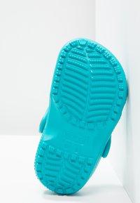Crocs - CLASSIC UNISEX - Pool slides - turquoise - 4