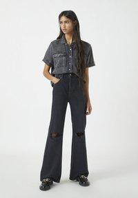 PULL&BEAR - MIT HOHEM BUND - Jeans a zampa - black - 1