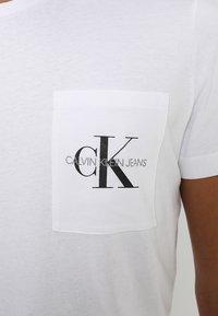 Calvin Klein Jeans - MONOGRAM POCKET SLIM TEE - T-shirt med print - white - 5