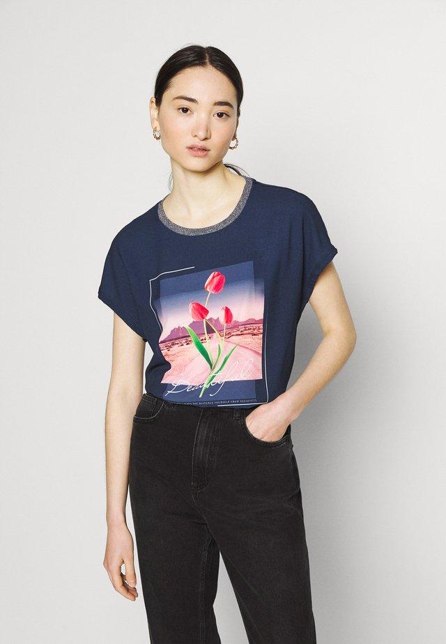 ONLRHINA LIFE FLOWER - T-shirt con stampa - night sky
