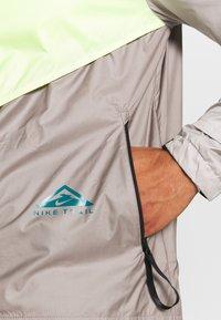 Nike Performance - TRAIL WINDRUNNER  - Veste de running - lemon twist/moon fossil/college grey/bright spruce - 4