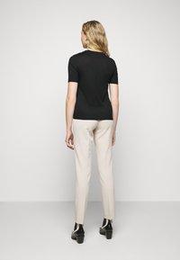 DRYKORN - FAMMY - Basic T-shirt - schwarz - 2