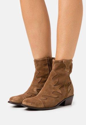 Cowboy/biker ankle boot - tan