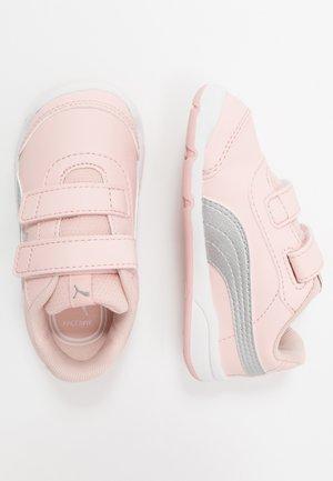 STEPFLEEX 2 - Zapatillas de entrenamiento - peachskin/silver/white/limestone
