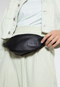 Eastpak - SPRINGER/LEATHER - Bum bag - black ink leather - 3