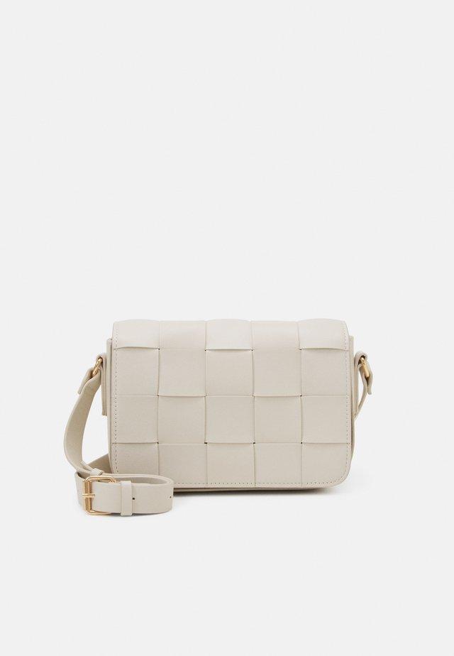 BAG CROSS BODY BRAIDED - Skulderveske - off white