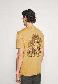 YOURTURN - UNISEX - Print T-shirt - taupe - 2