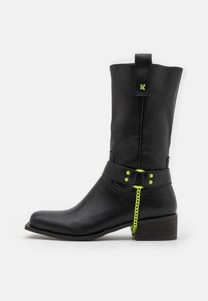 PALANTIR - Kovbojské/motorkářské boty - black/yellow