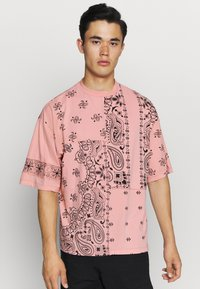 Jaded London - CUT AND SEW PAISLEY TEE - T-shirt con stampa - pink - 0