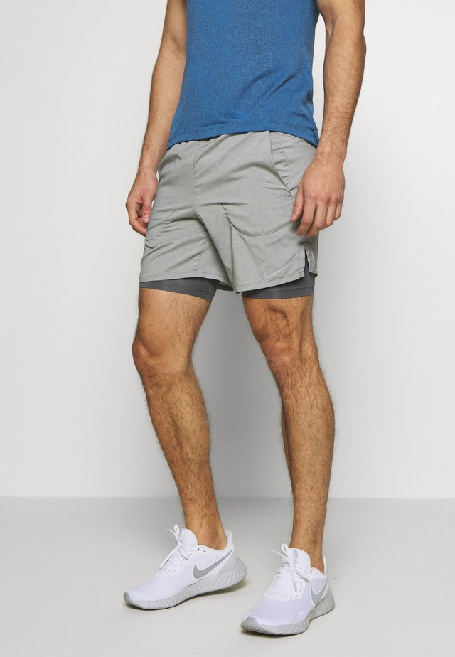 STRIDE 2IN1 - Träningsshorts - iron grey/reflective silver