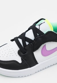 Jordan - LOW ALT UNISEX - Obuwie do koszykówki - white/violet shock/black/green glow/volt - 5