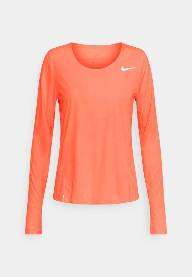 CITY SLEEK - T-shirt de sport - bright mango/silver