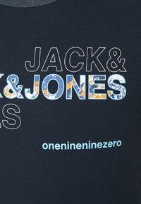 Jack & Jones - JCOART TEE CREWNECK - Print T-shirt - navy blazer - 2