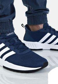 adidas Originals - PHOSPHERE - Trainers - dunkelblau - 4