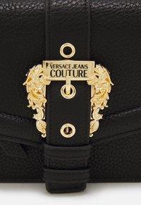 Versace Jeans Couture - GRANA BUCKLE CROSSBODY - Skulderveske - nero - 3