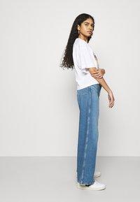 Wrangler - WORLD WIDE - Relaxed fit jeans - light blue denim - 3