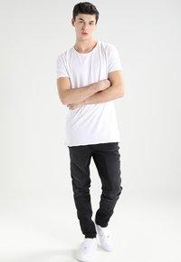 CHASIN' - EXPAND - Basic T-shirt - white - 1