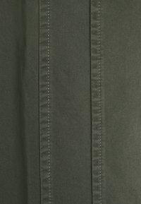 Henrik Vibskov - PLUMBER TWILL PANTS - Trousers - thyme green - 7